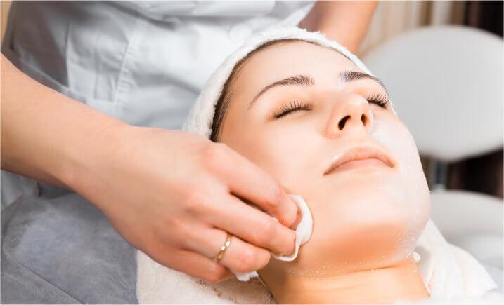 Kosten einer Fruchtsäurebehandlung im Kosmetikstudio o. Dermatologen